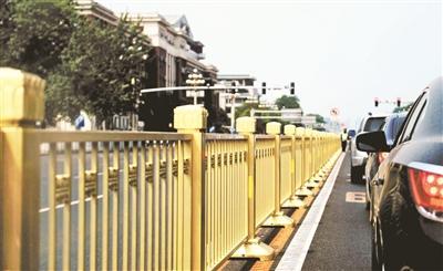 长安街换上金色护栏:可快速拆装 便于人流引导