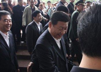 习近平向邓小平雕像敬献花篮后与现场群众互动