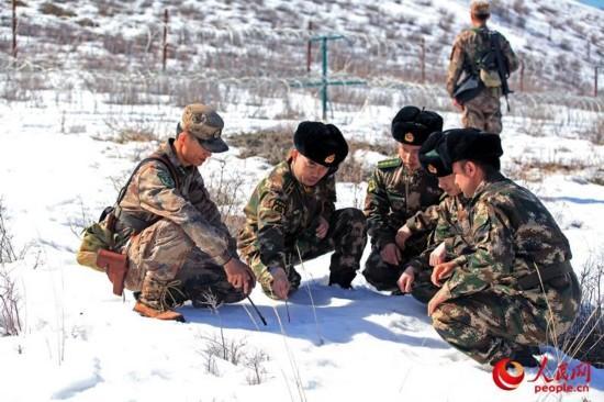 3月28日,武警新疆边防总队塔城边防支队联合驻地解放军边防某连踏雪开展巡边行动。