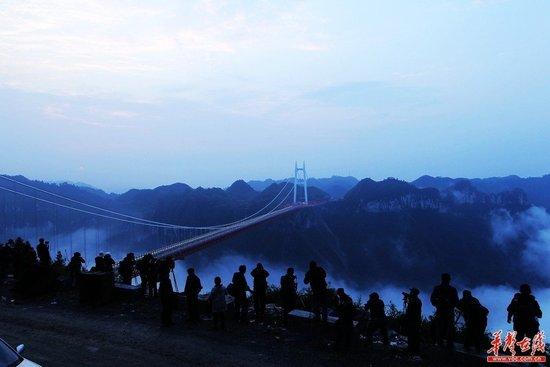 湖南矮寨特大悬索桥通车 桥面距谷底最高355米