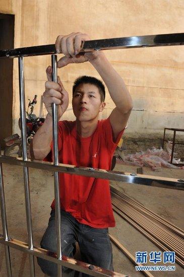 去年11月19日,葛启义在自家的门面房里工作。新华社记者 欧东衢
