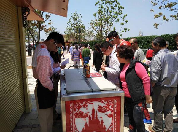 """上海迪士尼没营业已""""挤爆"""" 矿泉水10元一瓶"""