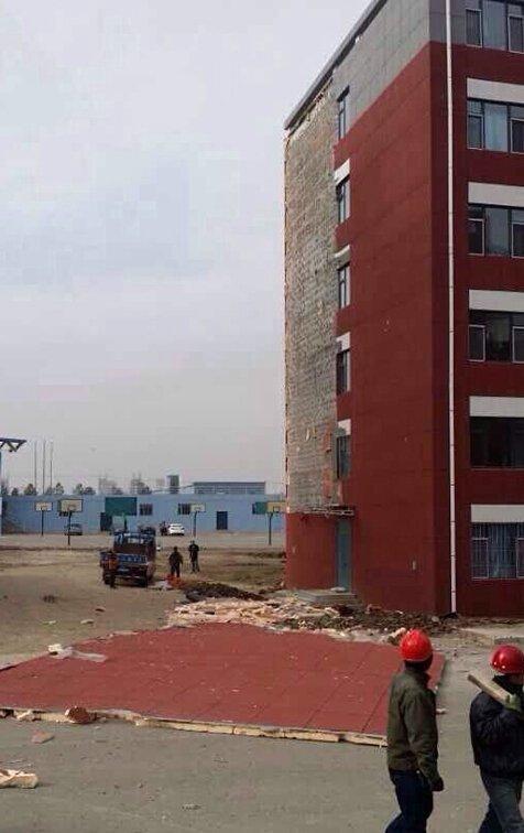 长春高校宿舍楼墙皮被四级风吹落一半(图)