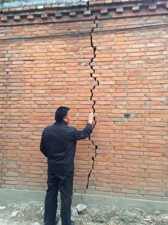2015年10月20日,河北省柏乡县地下水超采区,地面沉降,一些村民家墙壁、地面都有裂缝。新华社记者郭雅茹 摄