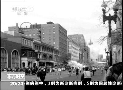 一名马拉松参赛者15日拍摄的一段视频中,一个屋顶神秘人引发各方猜想。央视截屏