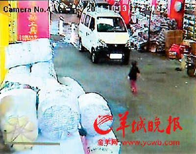 两车先后碾压2岁女童 10余冷血路人见死不救