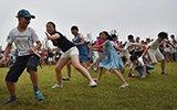 安徽举办朋友圈节 近5000人关手机玩丢手绢游戏