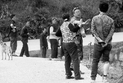 芦山被免职副乡长对记者下逐客令:别再跟着我