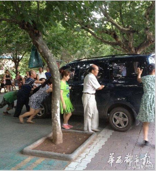 照片火了,据拍照网友说这两辆车并不是车主停成这样的,而是跳高清图片