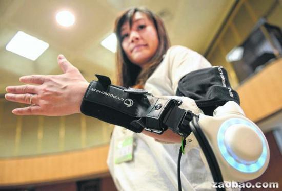 日本公司研发机器人手臂 可用意念控制移物