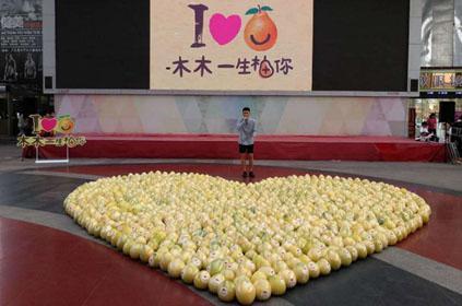 男子摆999个柚子求爱遭拒,柚子2分钟被抢光,用水果求爱real尴尬!