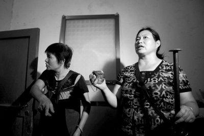 瓜农80高龄母亲给记者下跪望为儿讨公道
