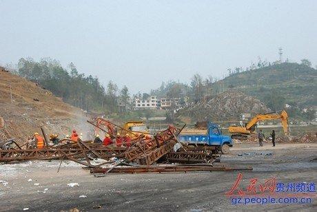 福泉爆炸事故 50多辆运输车紧急转运受损仓储粮
