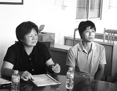 藤县卫生局局长刘羡杰(左)和护工曾朝忠(右)接受采访。曾朝忠说,平时和病人很熟,事发时并不害怕。