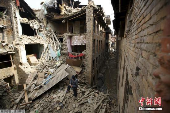 尼泊尔强震已致2430人遇难 西藏受影响严重(图)