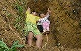 父亲给重病女儿挖坟 称提前适应