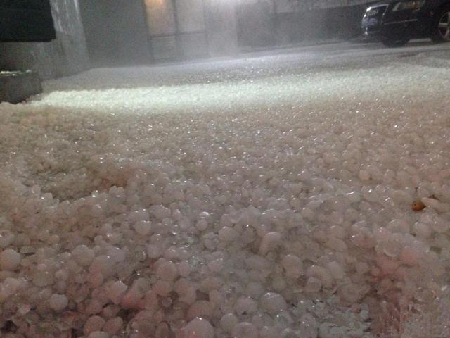 组图:浙江台州遭特大冰雹袭击 地面全白如下雪