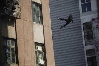 """8旬老太大吼""""有贼啊"""" 窃贼吓得摔下楼身亡"""