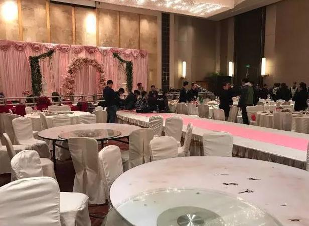 无锡一酒店婚礼舞台钢架倒塌 主桌7人被砸