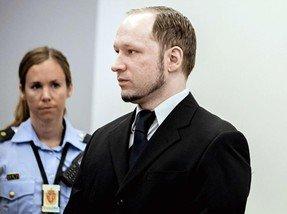 挪威爆炸枪击案凶手庭审被扔鞋 受害者家属拍手喝彩