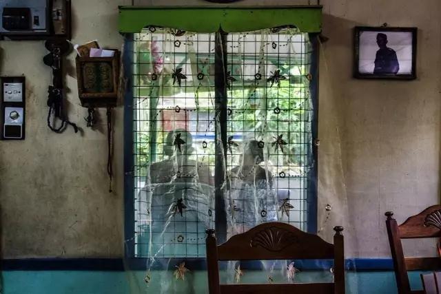有些人的确选择不改变并按原来的样子生活,他们是新加坡最后一个村落Kampong Buangkok村的居民。近60年来,Awin Bin Yudin一直和他的妻子Salmah还有他们的六个孩子生活在这个村里。