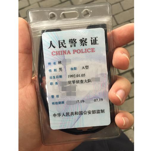 新闻哥吐槽:男子闯红灯谎称美国人可不遵守中国法律,假装外宾也先照照镜子啊图片