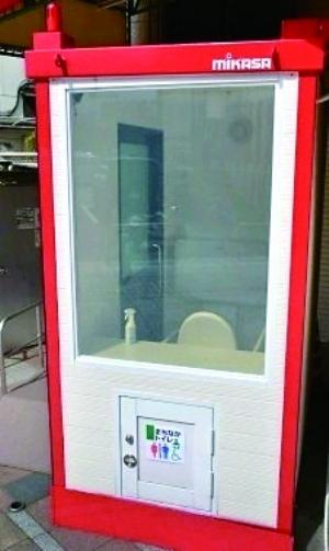 日本街头首现透明公厕 女性使用时不慎走光