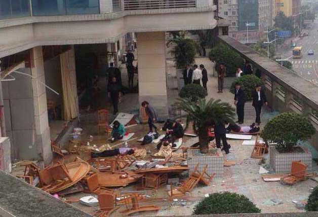 高清图—东莞旗峰路中侨大厦楼下餐厅4楼爆炸 多人受伤
