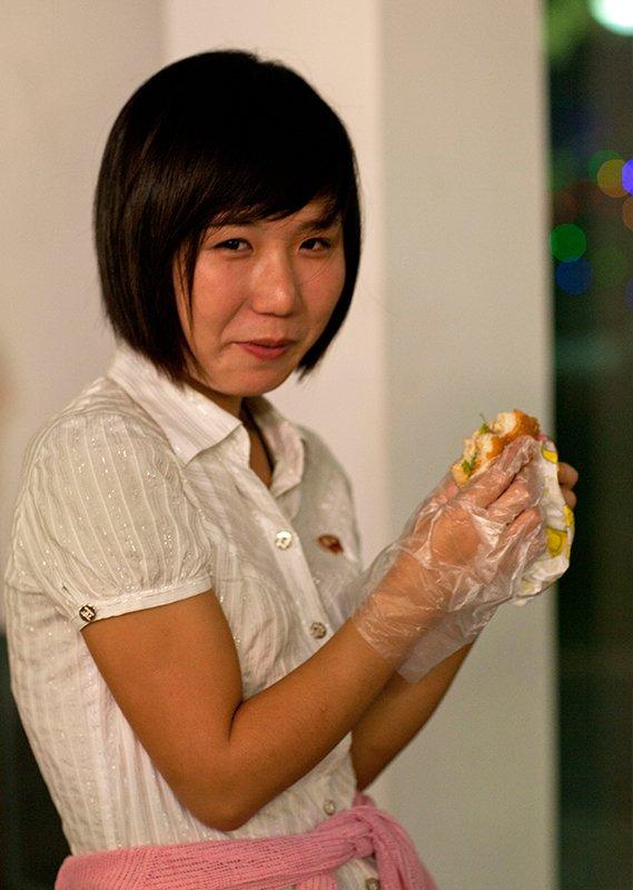 朝鲜文化非常注重干净与整洁,当地人显然不是很适应汉堡这种食物,他们吃汉堡的时候都戴着餐厅提供的塑料手套,以防手指被弄脏。