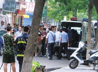 高清图—外地男子朝阳区和平里西街附近劫持女童与警方对峙