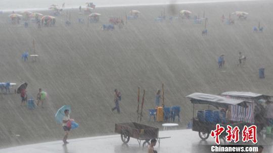 """""""鲸鱼""""将登陆广西沿海各地游客紧急撤离涠洲岛"""