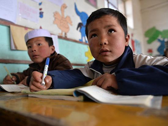 甘肃省东乡县龙泉乡北庄湾村小学,学生们在上数学课(3月16日摄)。 新华社记者 陈斌 摄
