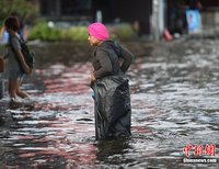 高清:泰国曼谷民众的水中生活