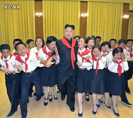 朝鲜少年与金正恩观看音乐会激动流泪