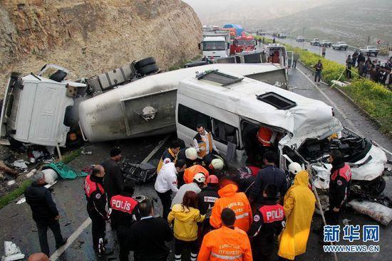 土耳其东南部地区发生车祸 致12死6伤