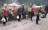 四川受灾村民给抢险官兵送食物