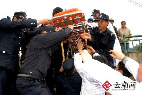 曲靖400余公安民警在全力维护秩序、开展交通疏导、搬运救援物资
