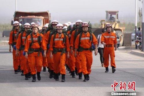 新疆吐鲁番43℃高温下进行地震救援拉动演练