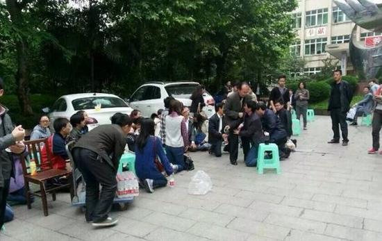 高清图—遵义文化小学迁入遵义四中 老师集体下跪抗议