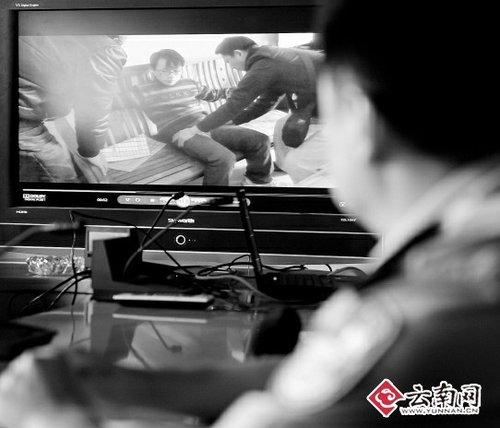 盘龙警方网络警察追到广西将开办色情网站的管理员抓获 记者 江洋 摄