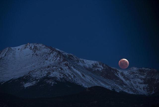 """全球多地出现""""红月亮"""" 134年来持续时间最短"""