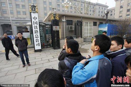 """3月17日,北京,原铁道部牌匾已于早晨被换下,新牌匾""""中国铁路总公司""""已矗立在原铁道部办公楼楼前。王骏 摄 CFP视觉中国"""