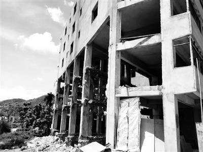 老夫妇住被拆一半的楼房 官方称系违建
