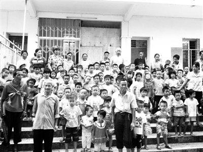 开学已三天,石岭村和少沙村小学一二年级和幼儿园学生仍留在被撤并的石岭分教点。赵洪杰 摄
