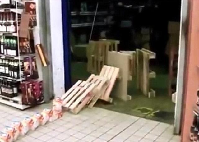 法国超市夜班人员用商品变多米诺骨牌 打发时间