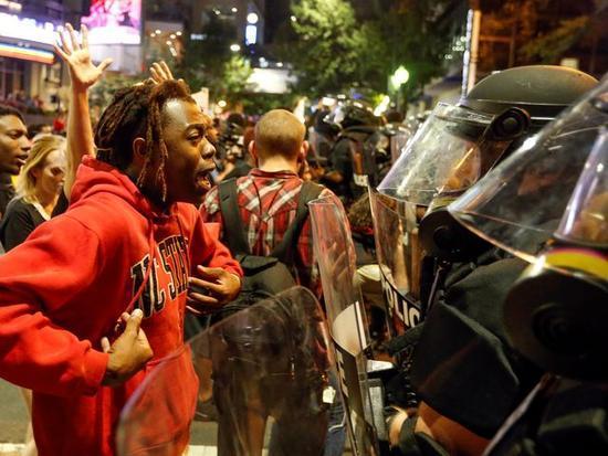 美国警察枪杀平民引发示威活动 北卡进入紧急状态