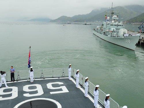 5月6日,海军东海舰队远海训练舰艇编队怀化舰(前)、佛山舰(后)从福建某军港起航。 新华社发(胡锴冰 摄)