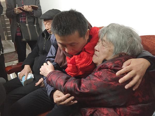 陈满结束23年冤狱 连夜回四川与父母相拥而泣