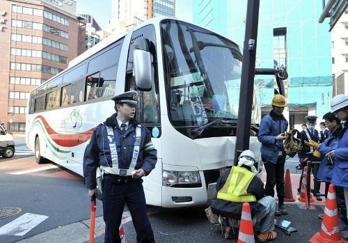 一载有24名中国游客巴士在东京发生车祸 无人伤