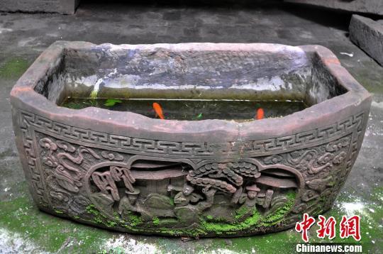 湖南发现一清代石缸 长1.1米重约500公斤(图)